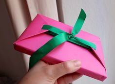 Before Wrapping, Always Line The Inside Of The Paper With Ribbon. Here's Why holiday diy christmas video christmas diy christmas diy ideas viral viral videos viral right now trending viral posts christmas diy videos Paper Bag Gift Wrapping, Gift Wraping, Present Wrapping, Paper Gift Bags, Paper Gifts, Wrapping Ideas, Diy Christmas Videos, Christmas Diy, Gift Envelope