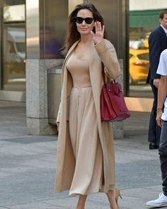 Angelina Jolie Style (and how to steal it!) Angelina looks stunning in this monochrome outfit. Airy and breezy and very stylish. Classy Outfits, Chic Outfits, Fashion Outfits, Womens Fashion, Fashion Trends, Workwear Fashion, Fashion Bloggers, Glamorous Outfits, Fashion Ideas