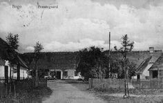 Bogø præstegård 1760-1921. Boligen i det trefløjede anlæg blev nedrevet i 1921 for at gøre plads til den nye præstegård, tegnet af arkitekt Einar Ørnsholt i 1923. Postkort fra Mia Gerdrups arkiv.
