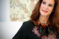 Collar de Carmen Ramil con esmalte y plumas