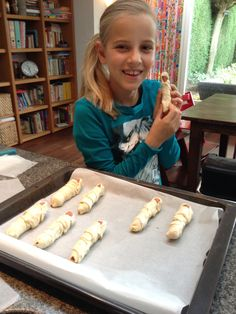 Mummies van knakworst en reepjes bladerdeeg, na het bakken oogjes gemaakt van drupje mayonaise!