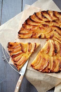 Vous pouvez aussi cuisiner cette tarte avec du beurre doux, l'épicer, avec une pincée de cannelle, mais aussi la parfumer, en parsemant quelques feuilles d'estragon sur les pommes.
