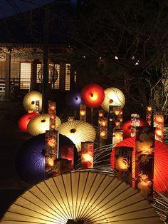 Japanese umbrella--wagasa, light-up. Umbrella Art, Under My Umbrella, Japanese Design, Japanese Art, Japanese Festival, Paper Umbrellas, Turning Japanese, Parasols, Japan Fashion