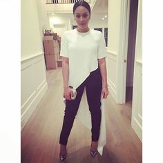 simple black-and-white look can be made to look super chic with the right shoe ( Gianvito Rossi) and right pieces (shirt and jeans, both by Juan Carlos Obando. Tia And Tamera Mowry, Kelly Rowland, Work Wardrobe, Mom Style, Dress To Impress, What To Wear, Celebrity Style, Style Inspiration, Stylish