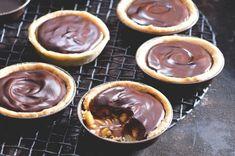 Tartaletky s čokoládou a slaným karamelem   Apetitonline.cz Chocolate Pies, Cupcakes, Mini Cakes, Food Inspiration, Sweet Recipes, Cheesecake, Deserts, Food And Drink, Sweets