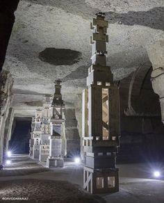 Nouvelle oeuvre dans les caves Ackerman, d'inspiration Land Art.  La Salle des Colonnes par Séverine Hubard, artiste plasticienne française.