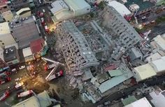 【台湾南部・高雄市で6日午前3時57分(日本時間同4時57分)、マグニチュード(M)6.4の地震。】 ×地震で倒壊した台湾・台南市内の建物。CTIテレビ撮影の映像より(2016年2月6日撮影、同提供)。(c)AFP/CTI TV 台湾南部地震 死者7人、30人が今も建物内に