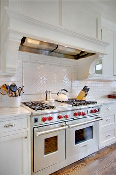 Kitchen Backsplash. Classic white subway tile kitchen backsplash in herringbone pattern. #KitchenBacksplash #Backsplash #Herringbone #SubwayTile