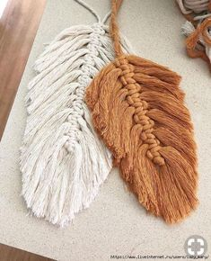 Macrame feathers are all over my feed lately. It's so great to see all of you fiber artists inspiring each other to try something new. I'll… Related posts:eine Eichel machen, eine QuasteDIY Boho - Dekoration mit Makramee BlätternBlütenblatt Makramee Punkt Yarn Crafts, Diy And Crafts, Arts And Crafts, Beaded Crafts, Macrame Projects, Craft Projects, Projects To Try, Boho Dekor, Macrame Patterns