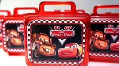*Maletinha de Acrilico Personalizada Tamanho 12x13x7cm. Personalizada com adesivo em papel fotográfico Glossy. Tag em 3D. _______________________________________________ Sobre a arte: Este produto pode ser feito em TODOS OS TEMAS. Compre neste mesmo anuncio, a arte será acertada após a... Carros Vintage, Race Car Themes, Cars Birthday Parties, Lightning Mcqueen, Vintage Birthday, Gabriel, Projects To Try, Lunch Box, Birthdays
