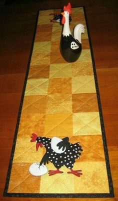 Chicken table runner - wonder how hard it will be to find a black & white chicken figurine Table Runner And Placemats, Table Runner Pattern, Quilted Table Runners, Small Quilt Projects, Quilting Projects, Sewing Projects, Small Quilts, Mini Quilts, Chicken Quilt