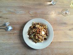 Noodles met kool, champignons en suikerpinda's