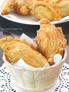 Spiral Curry Puff by Nasi Lemak Lover Malaysian Cuisine, Malaysian Food, Malaysian Curry, Asian Snacks, Asian Desserts, Savory Snacks, Snack Recipes, Cooking Recipes, Donut Recipes