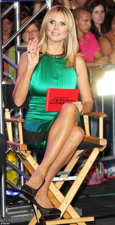 Heidi Klum shows off her gorgeous crossed legs in a figure hugging emerald dress and sexy high heels. #heels #legs #hedi_klum