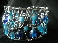 Handgemaakte armband van aluminiumdraad en glaskralen