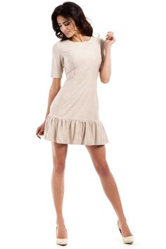 Dopasowana sukienka z imitacji zamszu, z falbaną na dole. #modadamska #moda #sukienkikoktajlowe #sukienkiletnie #sukienka #suknia #sukienkiwieczorowe #sukienkinawesele #allettante.pl