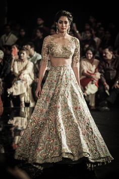 Designer Manish Malhotra in association with 'Hazoorilal by Sandeep Narang' kickstarted the India Couture Week 2016 with 'The Persian Story' Indian Bridal Outfits, Indian Bridal Fashion, Bridal Dresses, Indian Attire, Indian Ethnic Wear, Dress Indian Style, Indian Dresses, Manish Malhotra Bridal, Fashion Models