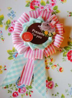 おはようございます♪ 2月・第二回目のおうちカフェなHandmadeレシピ、 今回はプレゼントのラッピングに寄り添ったその後もお楽しみな・・・ ギフトロゼットをテープにてmamaごとしてみました♪ 今回のメイン素材として … Diy And Crafts, Crafts For Kids, Rosettes, Diy Paper, Quilling, Badge, Crochet Patterns, Presents, Baby Shower