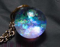 Beautiful glass locket diorama necklace. Inside you can see tiny synthetic glow in the dark mushrooms, resin glow in the dark crystal quartz, shimmering cork and musk like a very enchanted forest! Let charge in the sunlight this little locket and youll see the magic glow! N.B. This locket isnt made to be opened. Open necklace length: 23,62 in Pendant size: 1,97x1,38 in N.B. Glow in the dark pictures are without filters to enhace glow. Glow in the dark items were charged under an UV lamp to…