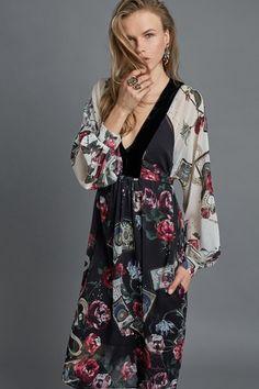 Guarda la sfilata di moda Roberto Cavalli a Milano e scopri la collezione di abiti e accessori per la stagione Pre-Collezioni Autunno-Inverno 2017-18.