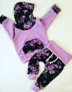 IK HEB EEN DOORLOOPTIJD VAN 3 WEEK! Op dit moment! Ik krijg zo veel berichten voor sneller bestellingen en wanneer wordt mijn bestelling geleverd! Als u uw object overhaast is er een vergoeding van $25 RUSH!! Ik probeer te maken iedereen gelukkig! Ik ben alleen een Toon van 1 persoon! Bedankt voor het begrip!  De Noir-Violet, floral baby outfit!! Zo schattig! Superzachte floral brei met Frans Terry!  Grootte: pasgeboren aan 6T  Past trouw grootte  Alle kleding gemaakt in een vrije omgeving…