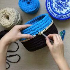 Bom dia com essa dica ótima da musa from - Ну, в уже похвасталась, тут тоже надо - Crochet Storage, Crochet Box, Crochet Basket Pattern, Crochet Dolls, Crochet Yarn, Crochet Stitches, Crochet Backpack, Crochet T Shirts, Crochet Flowers