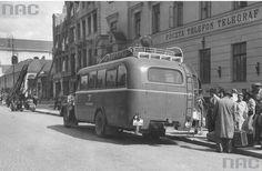 Autobus dalekobieżny na przystanku przed Pocztą Główną na Kr Przedmieściu. W tle widoczny wypalony budynek, w którym zginął J. Czechowicz