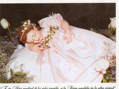 Esta niña angelical de los cielos escogida Es la reina concebida Sin pecado original