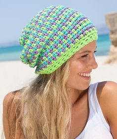 Malibu Hat ~ This three-color hat looks like it´s woven. The secret is a fascinating crochet technique: #free #crochet #pattern