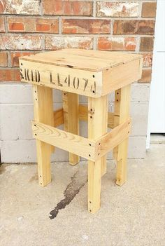 Upcycled Pallet #Nightstand and #Side #Table | Pallet Furniture DIY