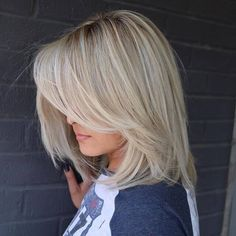 20 Modern Ways to Style a Long Bob with Bangs Long Layered Blonde Balayage Bob Long Bob With Bangs, Bob Haircut With Bangs, Choppy Bob Hairstyles, Long Bob Haircuts, Straight Hairstyles, Long Bob With Fringe, Bob Bangs, Visage Plus Mince, Blonde Balayage Bob