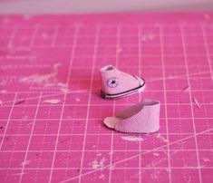 No vihdoin sain aikaiseksilaittaahiukan työvaihekuvia näistä Converseiden askartelusta =) Kaavoihin löysin mallia Pinterestin nuken kengi...