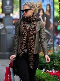 Bar Refaeli Accessories Source by maluxcavalcante Fashion Over 50, Look Fashion, Casual Dress Outfits, Cool Outfits, Green Jacket Outfit, Kendall Jenner Outfits, Bar Refaeli, Scarf Styles, Unisex