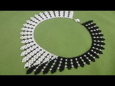 netted half black and half white necklace Tutorial Colar, Necklace Tutorial, Diy Necklace, White Necklace, Bead Making Tutorials, Beading Tutorials, Seed Bead Jewelry, Bead Jewellery, Beaded Jewelry Patterns