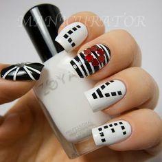 Uñas en blanco y negro decoradas con diseños de love