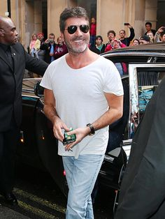 Simon Cowell makes a simple white tee, blue jeans and classic aviator shades look so chic, but in a masculine way of course!