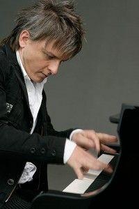 Magyar a világ leggyorsabb zongoristája.  Havasi Balázs egy perc alatt 498-szor ütötte le ugyanazt a billentyűt, így Guinness-rekordot állított fel. Hungary, Budapest, Famous People, All Things, 1, Portrait, Retro, My Love, Celebrities