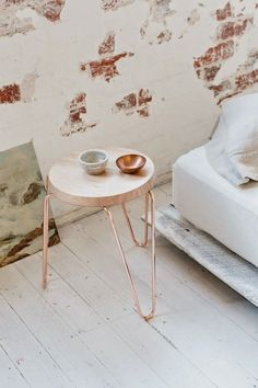 Table de chevet / tabouret avec hairpin legs cuivre  http://www.homelisty.com/diy-hairpin-legs/