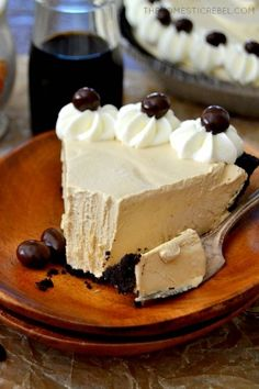 Cold Brew Coffee Pie is fantastic - Creamy, smooth, and chilly with a chocolate cookie crust, a dreamy no-bake coffee filling topped with whipped cream. Easy, impressive and delicious No Bake Desserts, Just Desserts, Delicious Desserts, Yummy Food, Baking Desserts, Cake Baking, Delicious Chocolate, Health Desserts, Coffee Dessert