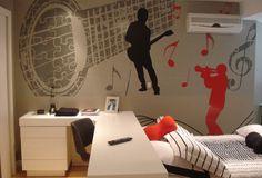 QUARTO DE JOVEM – MÚSICA Adesivo de Parede com instrumentos musicais formando um quebra-cabeça, são o destaque na criação para quarto jovem masculino. Parceria com a arquiteta Erika Bortolini – Caxias do Sul -RS.