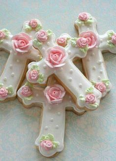 Baptism Cross Cookies with pink roses and leaves. Would also work for a girls first holy communion Cross Cookies, Fancy Cookies, Iced Cookies, Cute Cookies, Easter Cookies, Cookies Et Biscuits, Cupcake Cookies, Cupcakes, Sugar Cookies