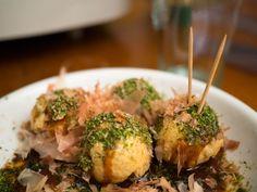 Le takoyaki est une spécialité d'Osaka. Une boule parfaitement ronde de pâte légèrement croustillante à l'extérieur et presque liquide à l'intérieur, avec un morceau de poulpe dedans. On les achète par boites de 8 dans les échoppes ambulantes qu'on trouve aux petites foires de quartiers ou dans les enceintes des temples. Aujourd'hui il y a …