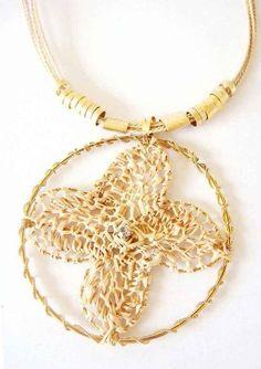 Colar crochê palha de buriti c/ metal dourados e strass. Necklace straw.