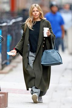 Sienna Miller w długim płaszczu Tokyo Fashion, Love Fashion, Womens Fashion, Casual Street Style, Street Chic, Sienna Miller Style, Minimal Fashion, Mode Inspiration, Everyday Fashion