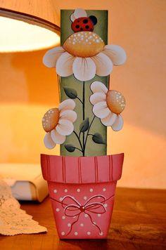 maceta con flores Primitive Painting, Tole Painting, Painting On Wood, Wood Crafts, Diy And Crafts, Arts And Crafts, Paper Crafts, Wooden Flowers, Country Paintings