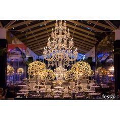 Elegante e superclássica, a decoração privilegiou os tons de preto, branco e dourado. Vem ver! | Foto: Naideron | #inesquecivel15anos #15anos #festa #party #festa15anos #debutante #3rstudio