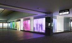 """""""Gallery Toto"""" est un espace sanitaire inédit situé dans la zone d'attente du terminal 2 de l'aéroport international de Tokyo Narita (Japon). Conçu à la fois comme un show-room, une galerie d'art et un espace de bien être la célèbre fabriquant japonais de sanitaire Toto. Ce concept imaginé par le cabinet d'architectes Astrid Klein & Mark Dytham en collaboration avec le Designer graphique Yasuyuki Tamenaga (Black Bath)."""