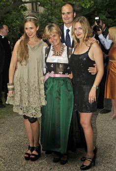 Aus der Party-Queen wurde so fast über Nacht eine alleinerziehende Mutter dreier Kinder.