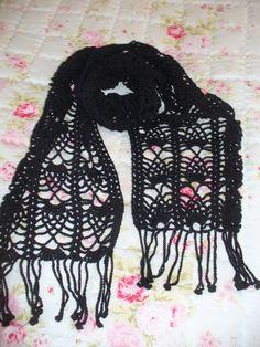 černá ... a proč ne? černá šála - háčkovaná z bambusové příze, nositelná celoročně... rozměry cca 162 cm x 25 cm bez třásní. Tato šála je již prodána, na objednávku lze uháčkovat stejnou, popř. v jiných barvách...