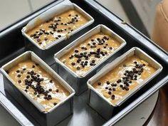 Resep Mini Loaf Banana Cake no Mixer Cake Pisang rempah chocochips mini favorit. Cake pisang loaf mini ini texturnya padet tp lembut, ga serapuh yang Cake pisang apel.krn ada bbrp orang yang lebi suka cake pisang yg lebi padat(bukan bantet loh,bedaa xixi) postnya disini si lembut pisang apel: https://cookpad.com/id/resep/528459-cake-pisang-apel-no-mixer-sangat-sangat-lembut?ref=profile Aromanya Wangiii kayak cake Oenbitjkoek jadul, rempah2nya berasa bangett.. K...